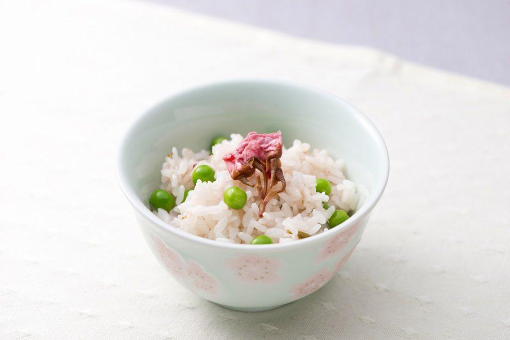 桜の花とグリンピースのご飯